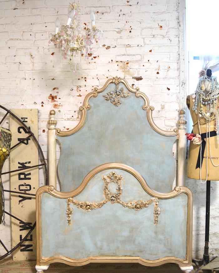 idée de lit baroque, meuble patiné, couleur bleu pastel avec base marron, déco moulures dorées, mur en briques blanchis, deco shabby chic