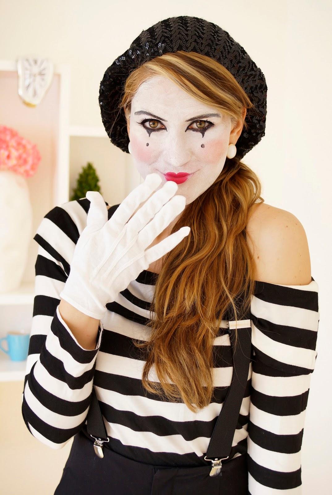 déguisement femme halloween, mime au visage blanchi, maquillage contour noir, gants blancs, pantalon, bretelles noires et top noir et blanc