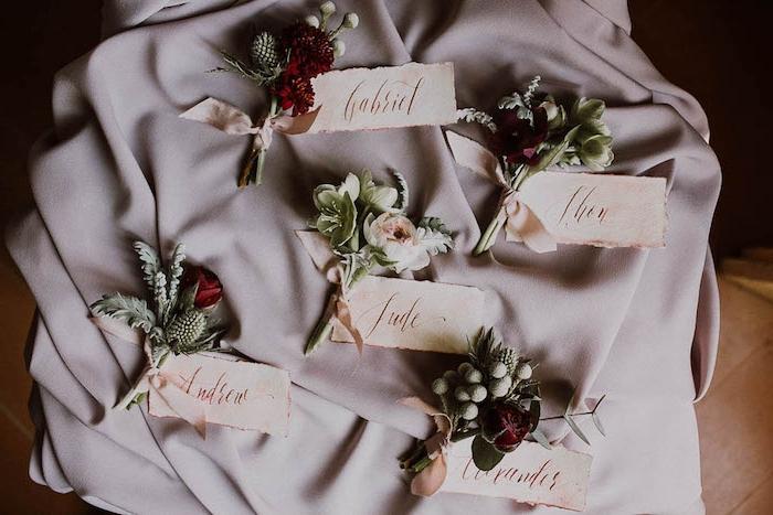 marque place origninale, petits bouquets de fleurs, décorés par un ruban et étiquette nom invité, deco mariagepas cher