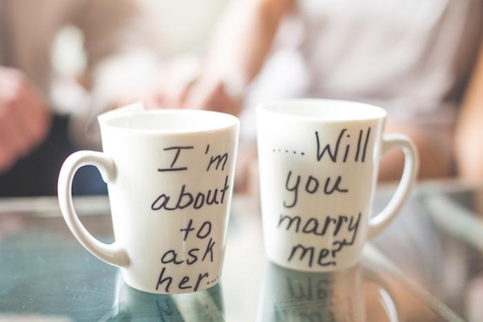 idée de demande en mariage insolite dans un café, des tassés personnalisées avec veux tu m epouser, écrit au feutre noir
