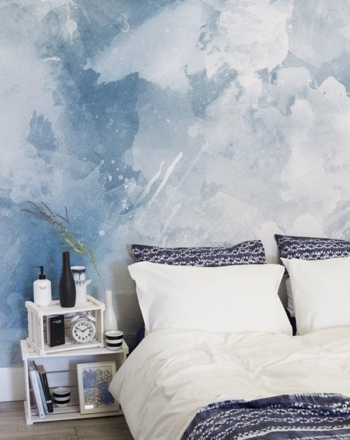 papier peint chambre adulte à effet marbre, couleur bleue t blanc, linge de lit blanc et bleu marine, table de nuit en cagettes bois blanches