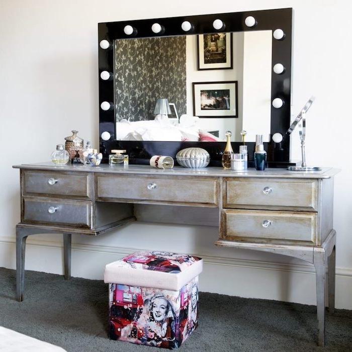 exemple de meuble patiné, coiffeuse chambre femme, peinture grise et teinture pour bois pour conférer un look vintage, tabouret pop art et miroir avec lumieres