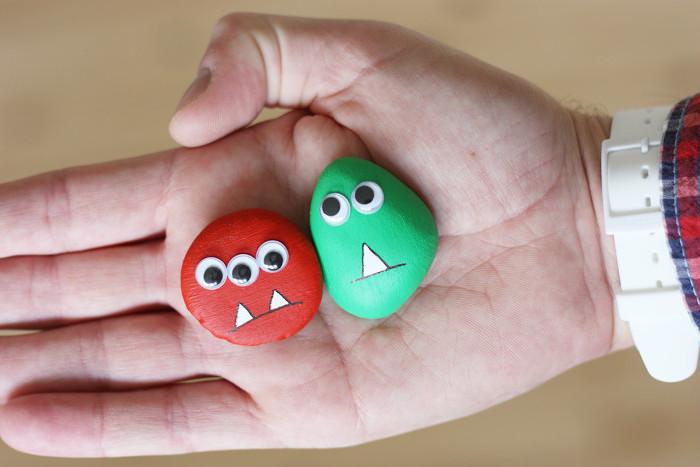 peinture sur galets, petites pierres monstres colorés avec des dents blanches peintes et de yeux mobiles