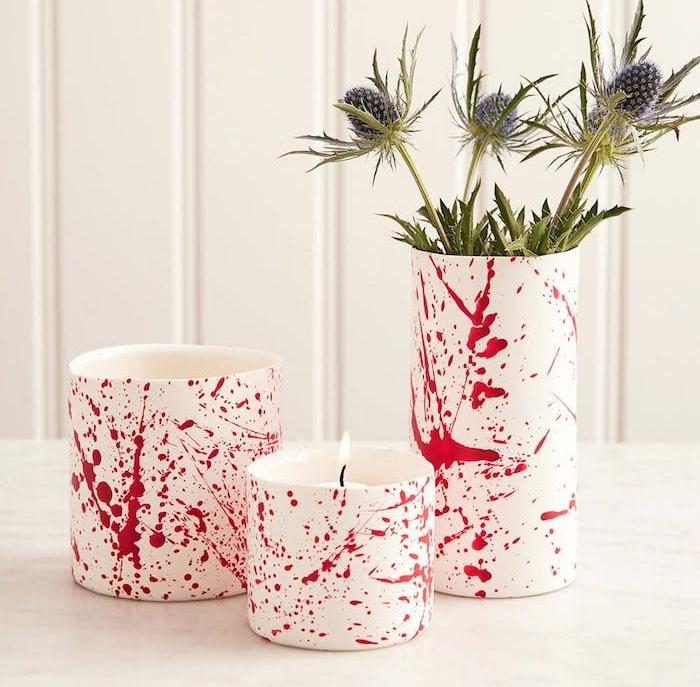 activité manuelle halloween, un vase blanc et bougeoir avec des eclaboussures rouges, diy deco halloween
