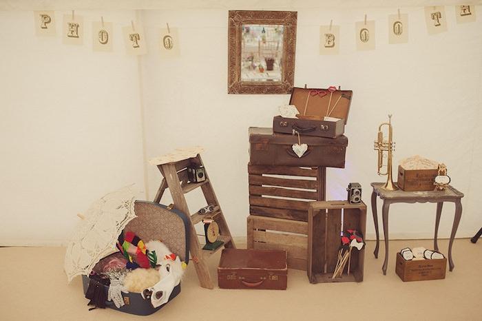 deco mariage vintage, des cagettes en bois, malles vintage, escabeau, table vintage, appareil photo et trompette retro