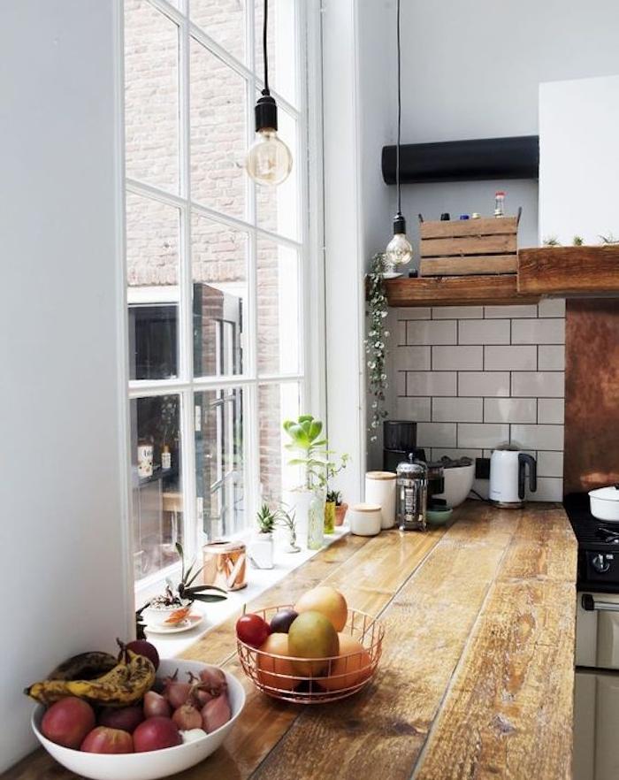 plan de travail bois brut rénové, idée comment relooker une cuisine, carrelage blanc, suspensions ampoules electriques, paniers avec fruits et légumes, cagette bois rangement