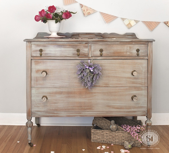 Beautiful Comment Patiner Un Meuble Commode Marron Avec Patine Blanche  Tirant Vers Le Bleu Bouquet With Comment Sabler Un Meuble Conception Impressionnante
