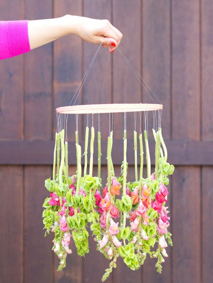 suspension mariage, mobile fleuri, cerceau en bois avec des fleurs suspendues à des ficelles, idee mariage diy simple