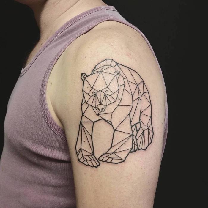 un tatouage animalier ours impressionnant qui joue sur l'aspect masculin et la répétition de la forme géométrique