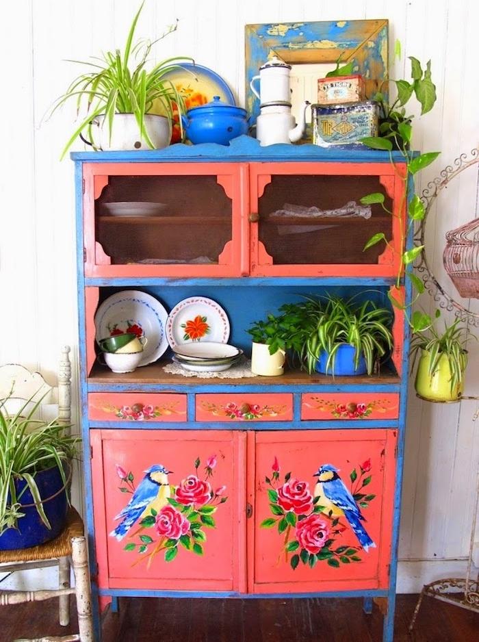 renover un meuble, vaisselier repeint en rose et bleu avec des dessins de roses et oiseaux, vaisselle vintage chic, parquet marron