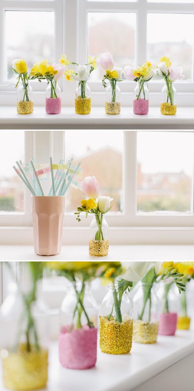 diy mariage idée de décoration simple en pots en verre ou bouteilles paillettées, avec des bouquets de fleurs colorées dedans