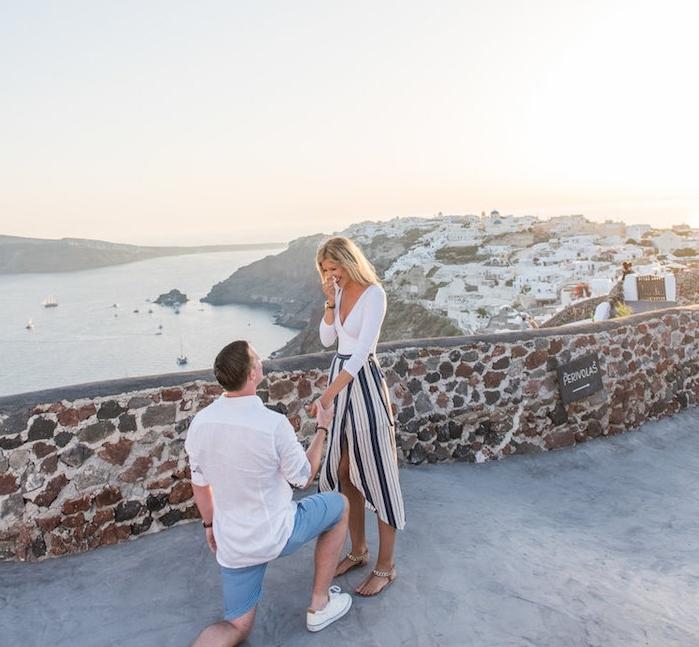 une demande en mariage de rêve en grèce, lieu avec vue panoramique sur une ville grecque et la mer