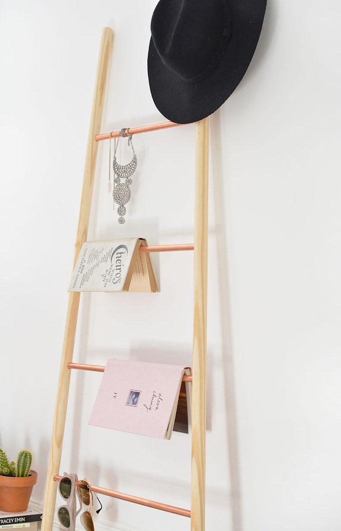 echelle bois deco a faire soi meme à partir de manches a balais en bois et tubes en cuivre, diy rangement chambre, livres, accessoires, lunettes, chapeau melon