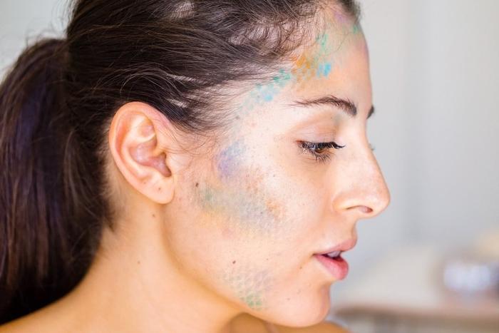 un maquillage halloween femme sirène aux couleurs flashy réalisé à l'aide d'un collant résille