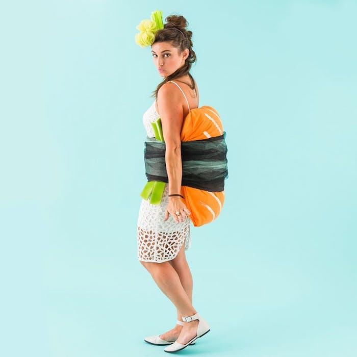 idée de costume de sushi, halloween deguisement original, robe blanche, coussin orange, écharpe et feutrine verte