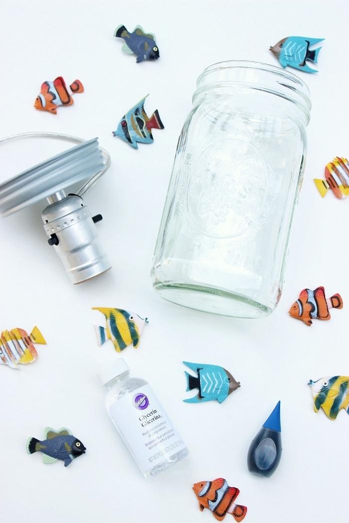 que faire avec des pots en verre, une lampe aquarium en gélatine à poser sur la table de chevet de votre enfant