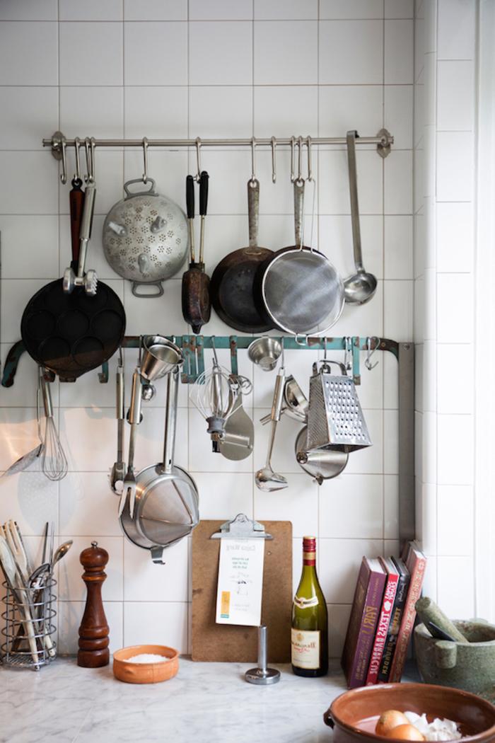 solution de rangement pour une cuisine style industriel sans armoires supérieures