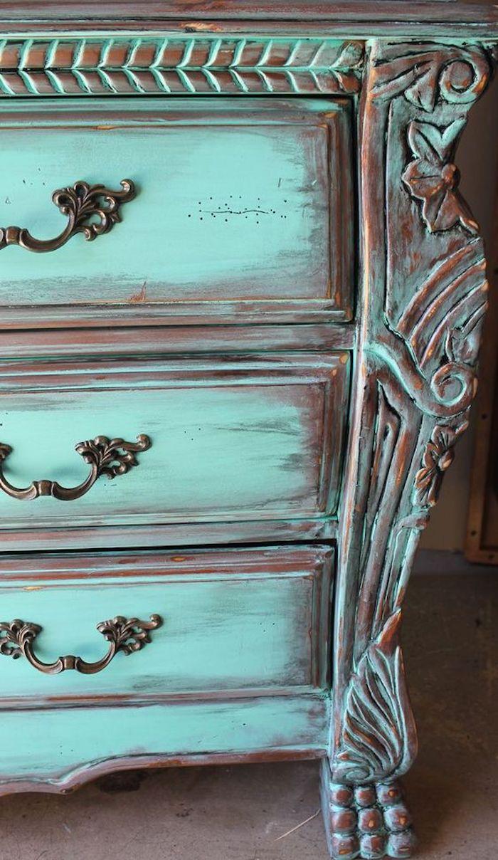 idée de technique comment repeindre un meuble, patine bleue, commode vintage, poignée de tiroirs vintage