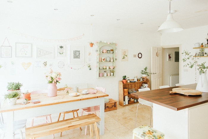 idée relooking cuisine dans des tonalités pastel, plan de travail, table, banc et chaises en bois, étagère vert pastel, vaisselle rose, vert et bleu pastel, deco murale gris et blanc