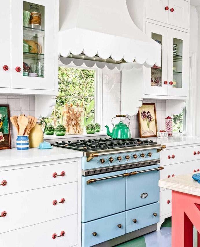 idée pour renover sa cuisine, comment changer les poignées des meubles, façade cuisine repeinte en blanc, four en bleu pastel, cuisine vintage