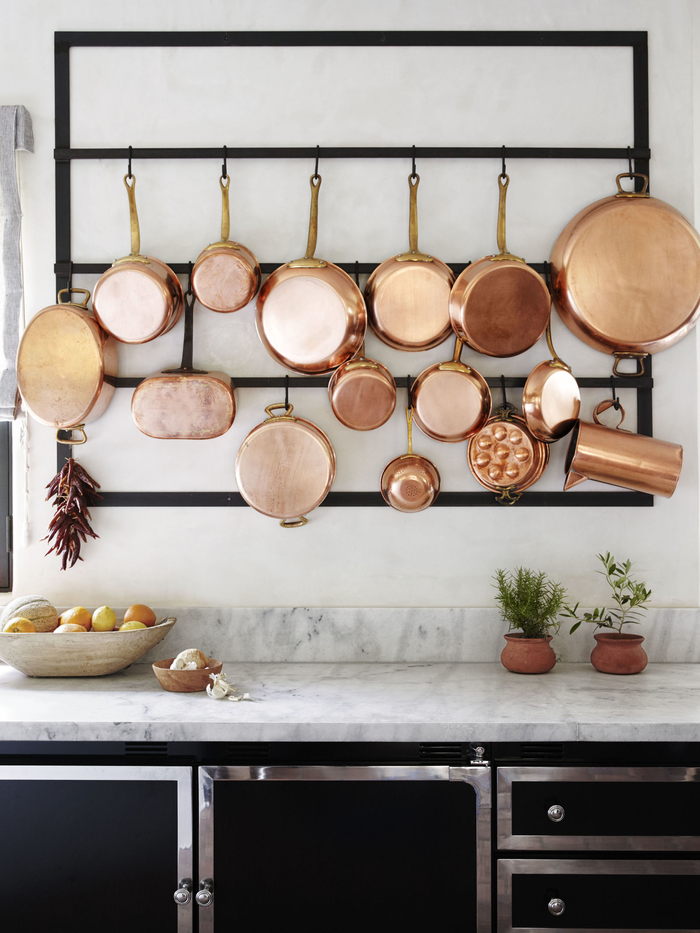 le porte-ustensiles métalliques joue un rôle fonctionnel et décorative dans la deco industrielle de la cuisine