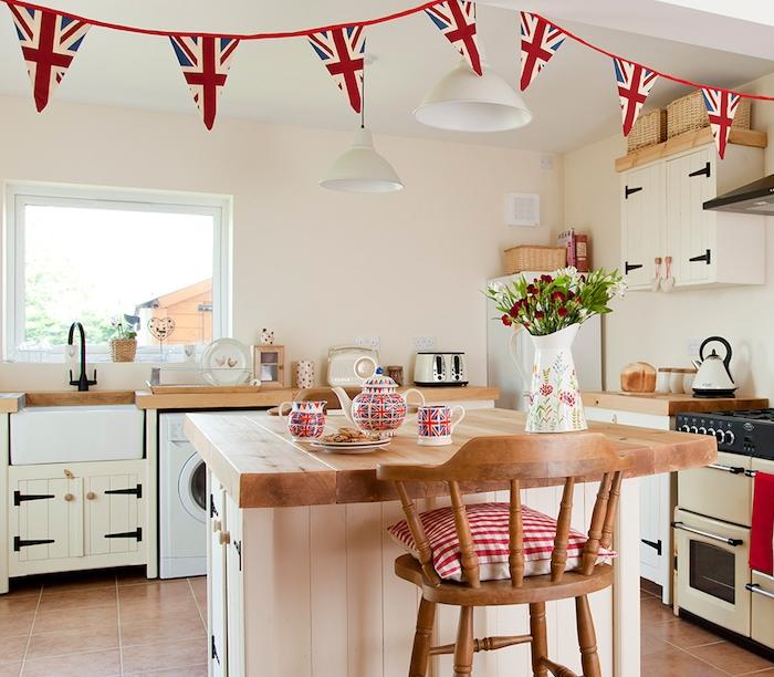 relooker une cuisine, meubles repeints en blanc cassé, ilot central en bois avec plans de travail bois, carrelage marron, decoration style britanique