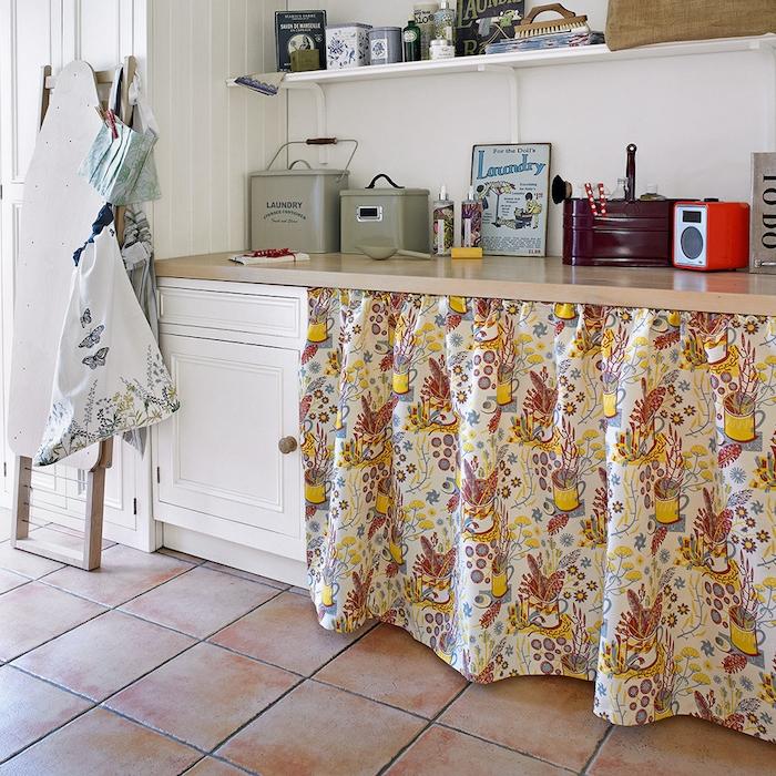 installer un rideau pour cacher des rangements, plan de travail bois et meubles repeints en blanc, étagère blanches, carrelage marron, decoration vintage