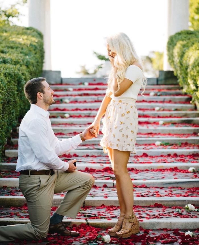 des pétales de roses sur les marches d un escalier, proposition homme et femme en tenue élégant dans un parc, cadre vert