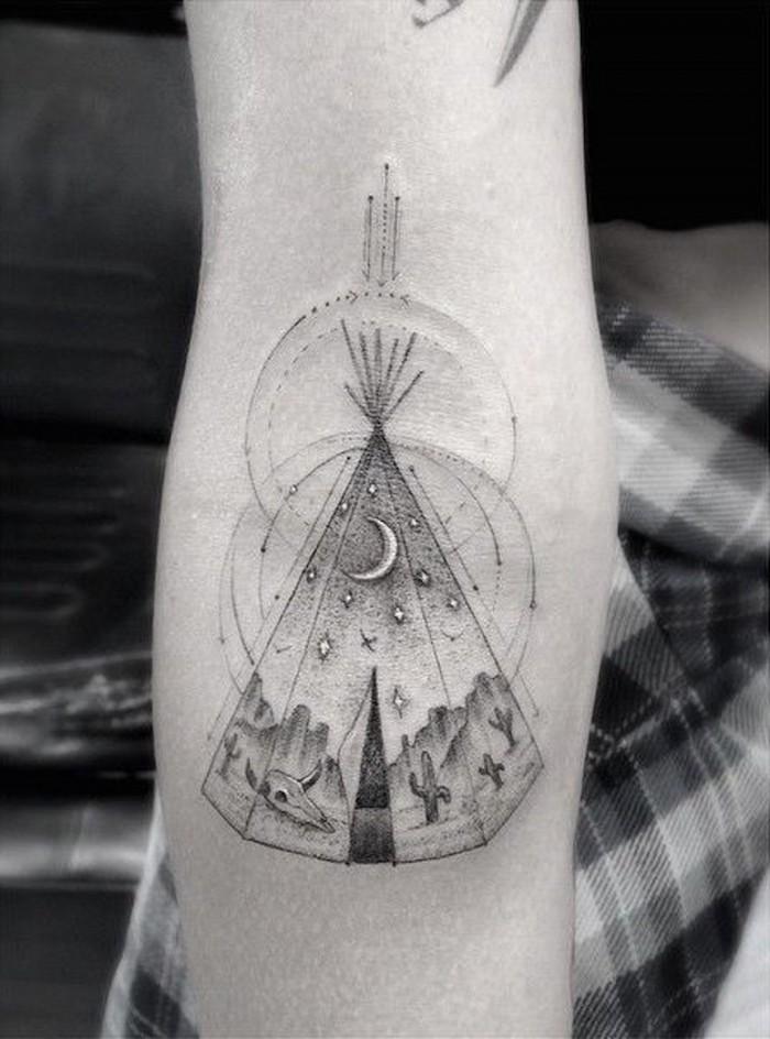 tattoo bras, modèle de tatouage blanc et noir sur le bras, dessin en encre à design indien avec motifs paysage de nuit