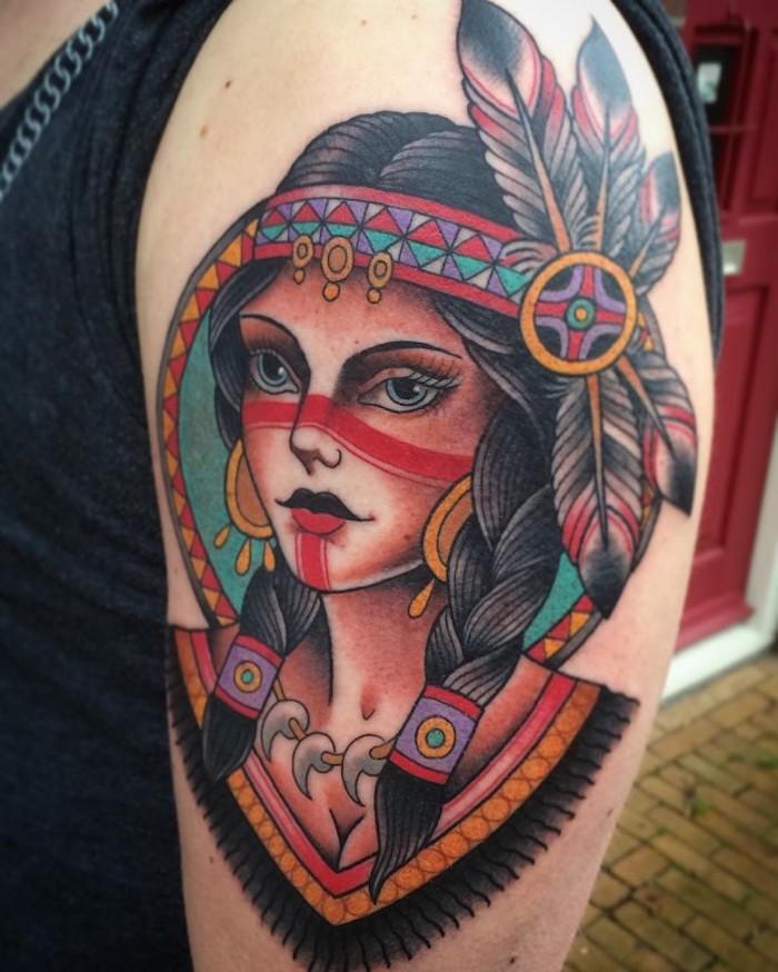 motif amérindien, modèle de tatouage sur l'épaule, dessin en couleurs sur la peau à motifs femme indienne aux cheveux tressés