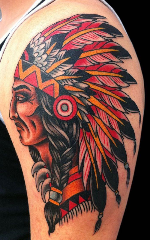 tatouage epaule, art corporel en couleurs sur la peau, tattoo à dessin homme autochtone aux cheveux longs