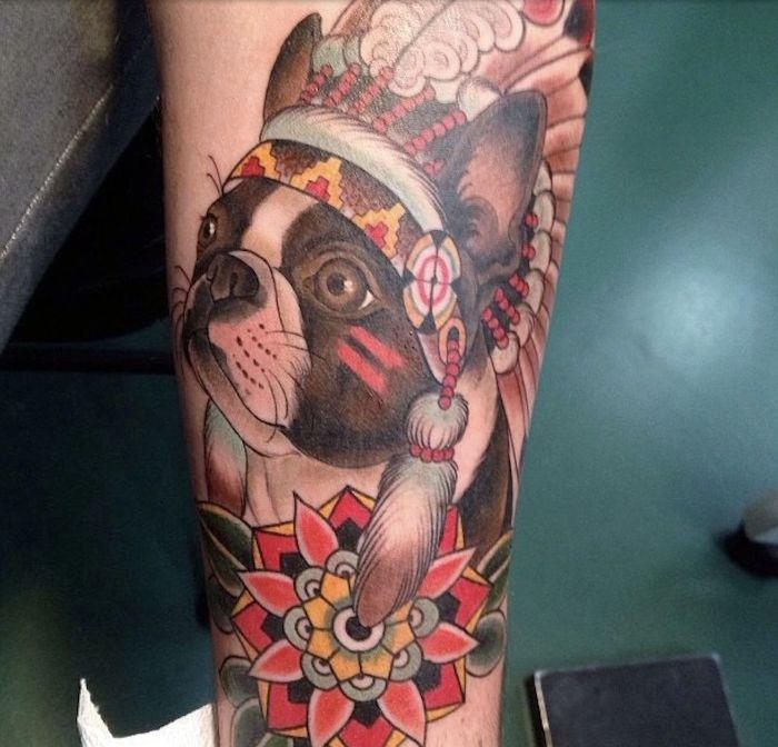 tatouage bras homme, dessin en couleurs sur le bras, modèle de tatouage à motif chien autochtone