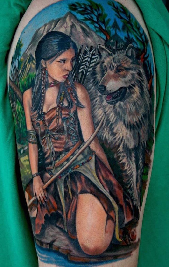 tatouage femme loup, dessin en couleurs symbolique sur la peau, paysage naturel avec femme et loup devant montagnes tatto