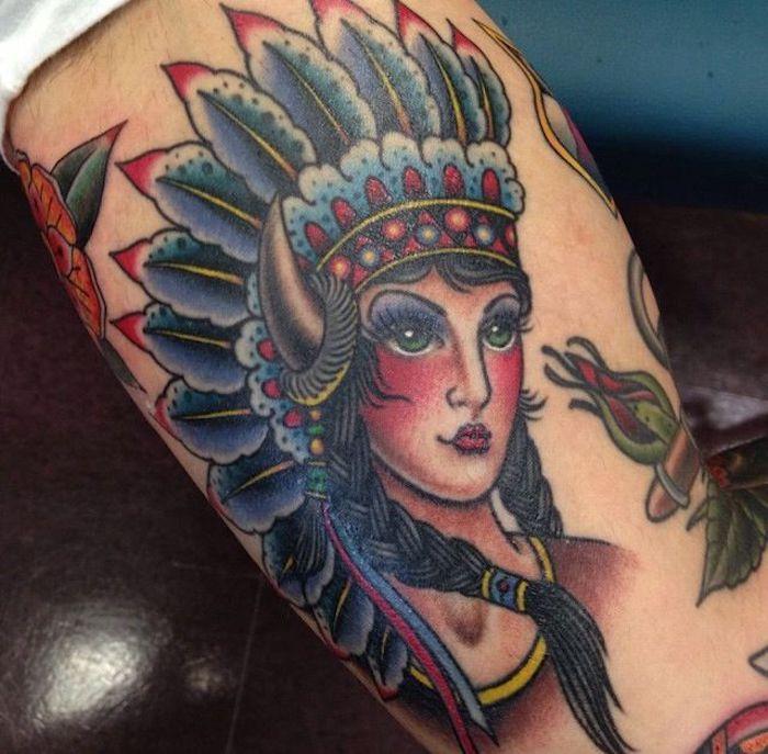 motif amérindien, modèle de tattoo pour homme, dessin en couleurs sur la peau avec tête féminine avec couronne indienne