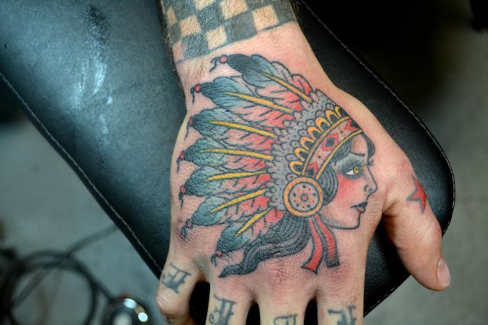 tattoo bras, dessin sur la peau en couleurs et design indien, tattoo tête féminine avec plumes
