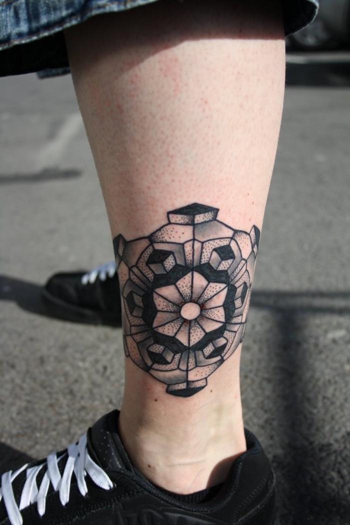 un tatouage pointillé composé de formes géométriques en symétrie parfaite