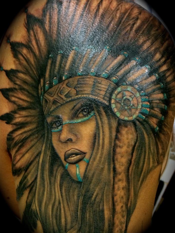 signification tatouage, art corporel à design indien, dessin sur la peau à motifs femme indienne en noir et bleu claire