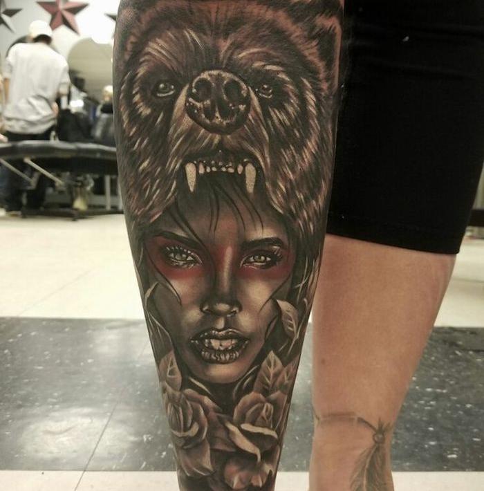 tatouage femme loup, visage femme au maquillage rouge avec tête de loup féroce