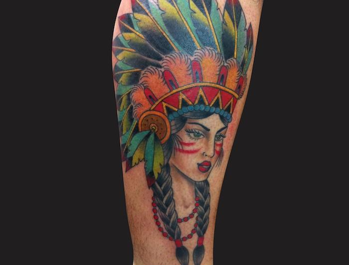 dessin en couleurs sur la peau à motifs indiens, tattoo bras avec dessin de visage féminin au maquillage indien