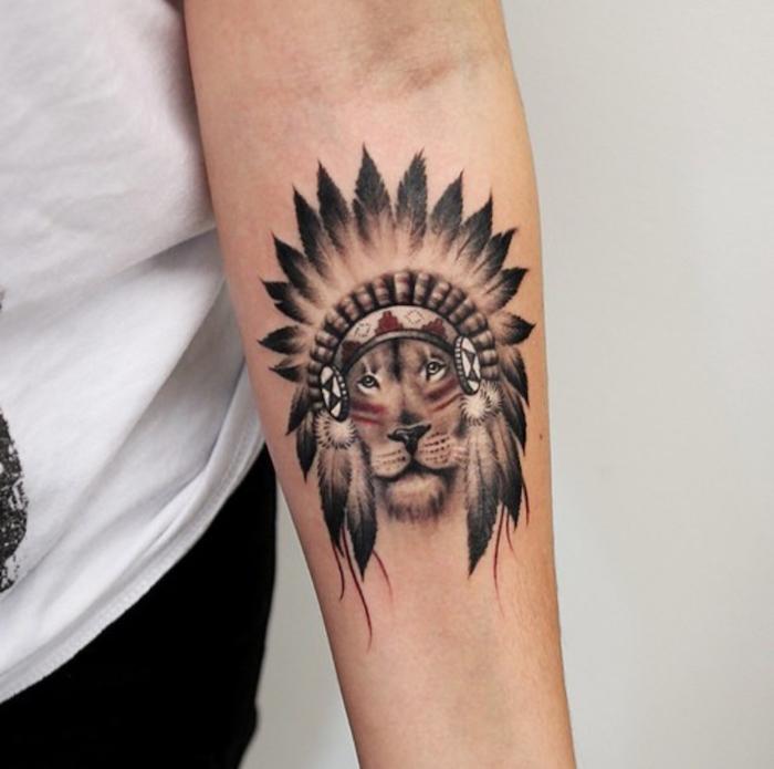 tatouage bras homme, petit tattoo à design indien, dessin en encre tête de lion avec maquillage en lignes rouges indiennes