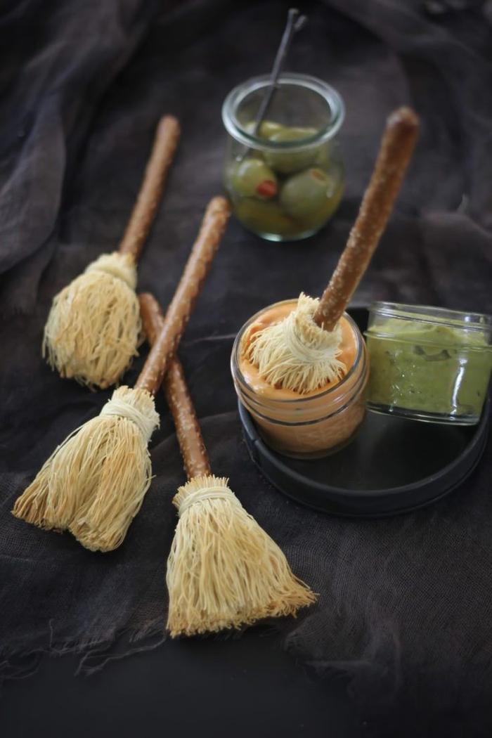 idée original pour un buffet gourmand d apero halloween, des balais de sorcière en bretzel et pâte à kadaif