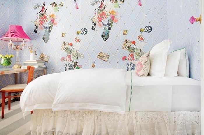exemple comment decorer une chambre ado fille, linge de lit blanc, papier peint vintage enfant, cartes postales sur un fond bleu, bureau et chaise bois