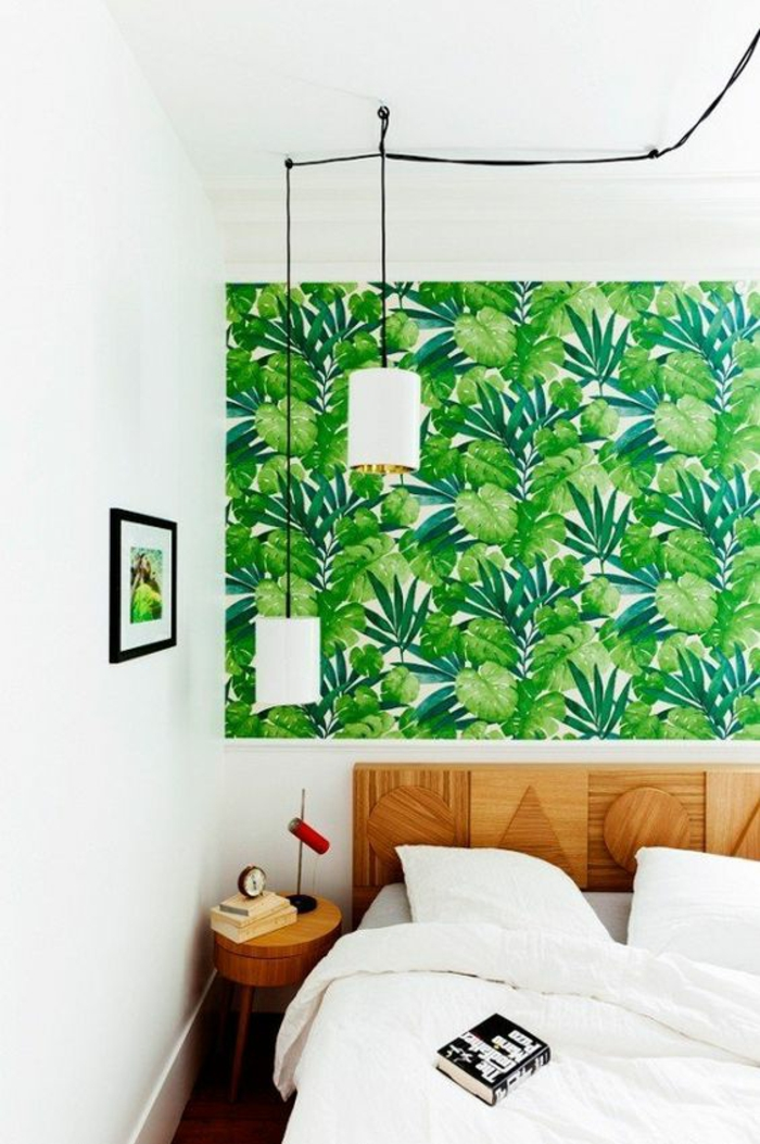 décoration chambre adulte avec panneau tout vert et deux luminaires blancs longs suspendus au dessus du lit