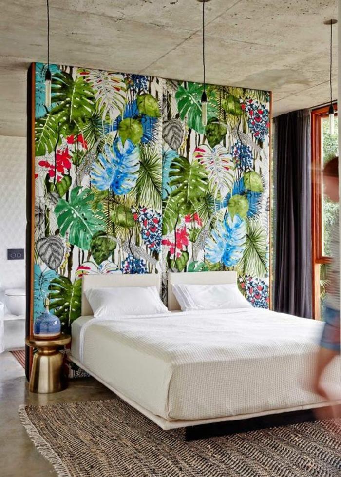 chambre parentale au panneau très coloré avec des feuilles multicolores séparateur d espace