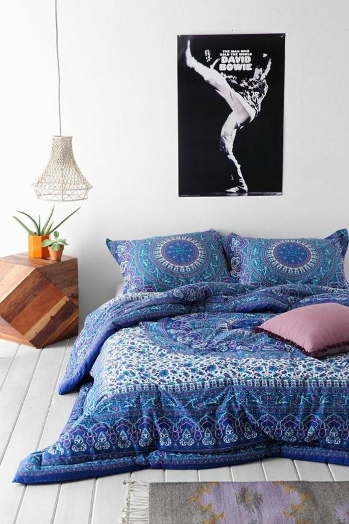 decoration chambre adulte avec grand poster de Dawid Bowie en noir et blanc et du linge lit en style boho