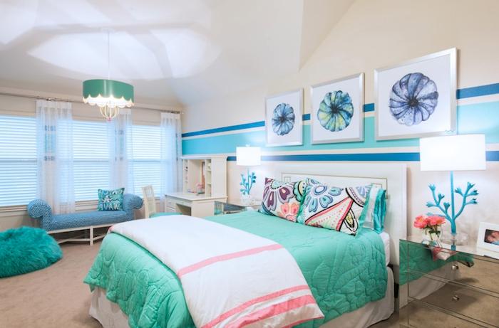 déco chambre ado fille, tapis beige avec pouf moelleux en turquoise, papier peint rayé en nuances de bleu et vert