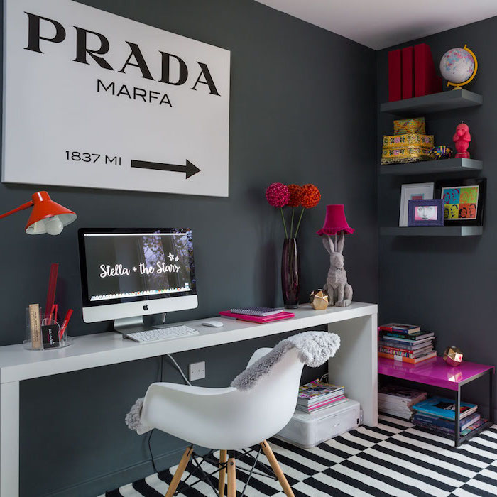 déco chambre ado fille, intérieur à design fashion, tableau blanc à lettres noires PRADA