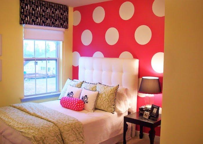 deco chambre ado, aménagement petite chambre d'enfant, coussin ovale rouge à points blancs