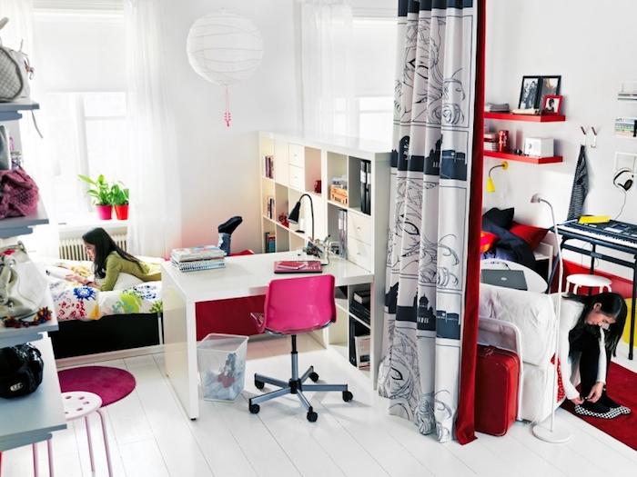 interieur maison moderne, chambre à coucher aux murs blancs, bibliothèque en bois peinte en blanc