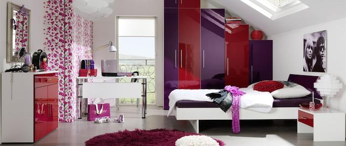 déco chambre ado fille, tapis rond moelleux en violet, meubles en bois peints en blanc